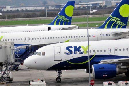 Lo barato sale caro: Se quejan en Twitter por distancia entre asientos de Sky Airline
