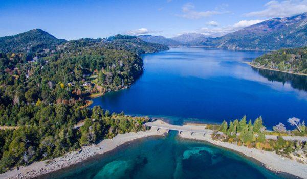 El lago Nahuel Huapi es el centro de Bariloche en verano.