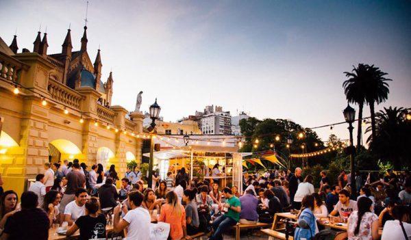 Ubicado en la terraza del Buenos Aires Design, en el barrio de la Recoleta, Camping busca revivir el espíritu de campamento