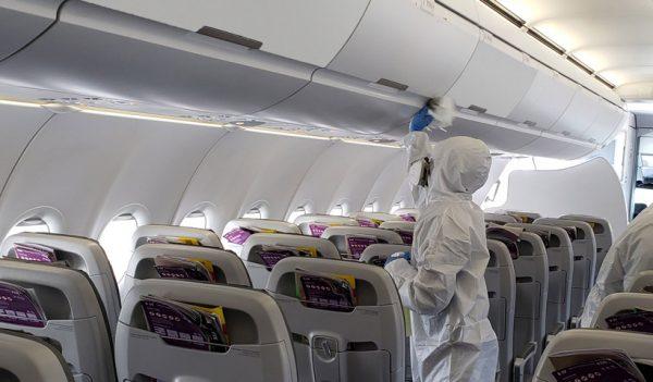 Desinfección de la cabina de un avión