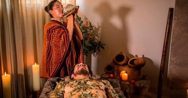Terapia con piedras y hojas en el Unno Spa del Aranwa Sacred Valley Hotel & Wellness