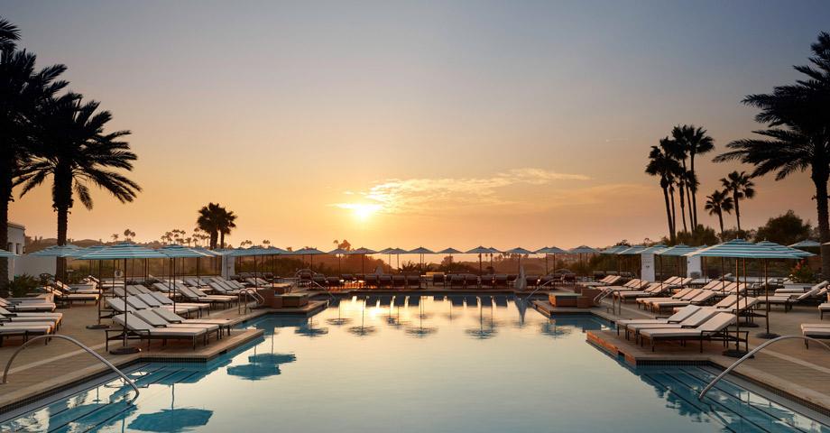 Sol de día y atardecer al caer la noche en el Waldorf Astoria Monarch Beach Resort & Club - California
